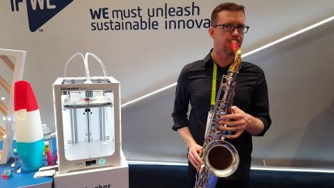 Eddie Rich plays saxophone with a 3D printed mouthpiece from Syos at CES 2018